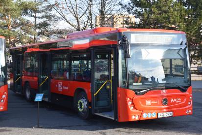 Do autobusů MHD opět pouze předními dveřmi